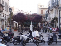 The Koutsodonti Square is opposite the Miaouli Square in the heart of Hermoupolis